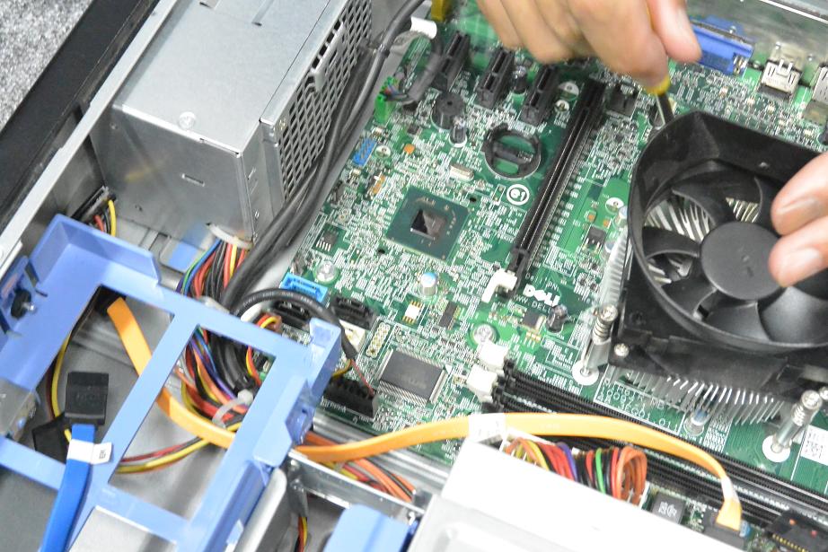 パソトーークでパソコンを分解しながら、BIOS、CPU、メモリなどを解説しました。