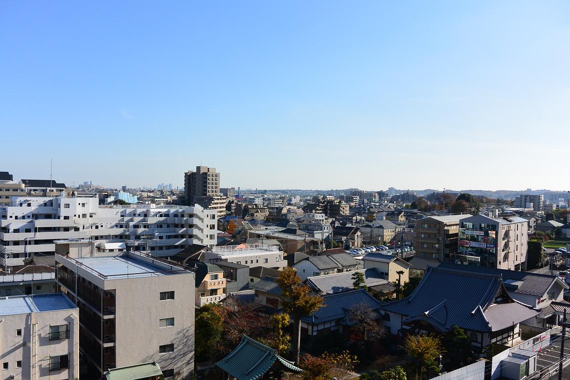 ブックルックチーム本社からの景色。遠くに多摩丘陵、新宿や六本木の高層ビルが見える。ワークライフバランスを保ち、クリエイティブな仕事をするにはうってつけ。